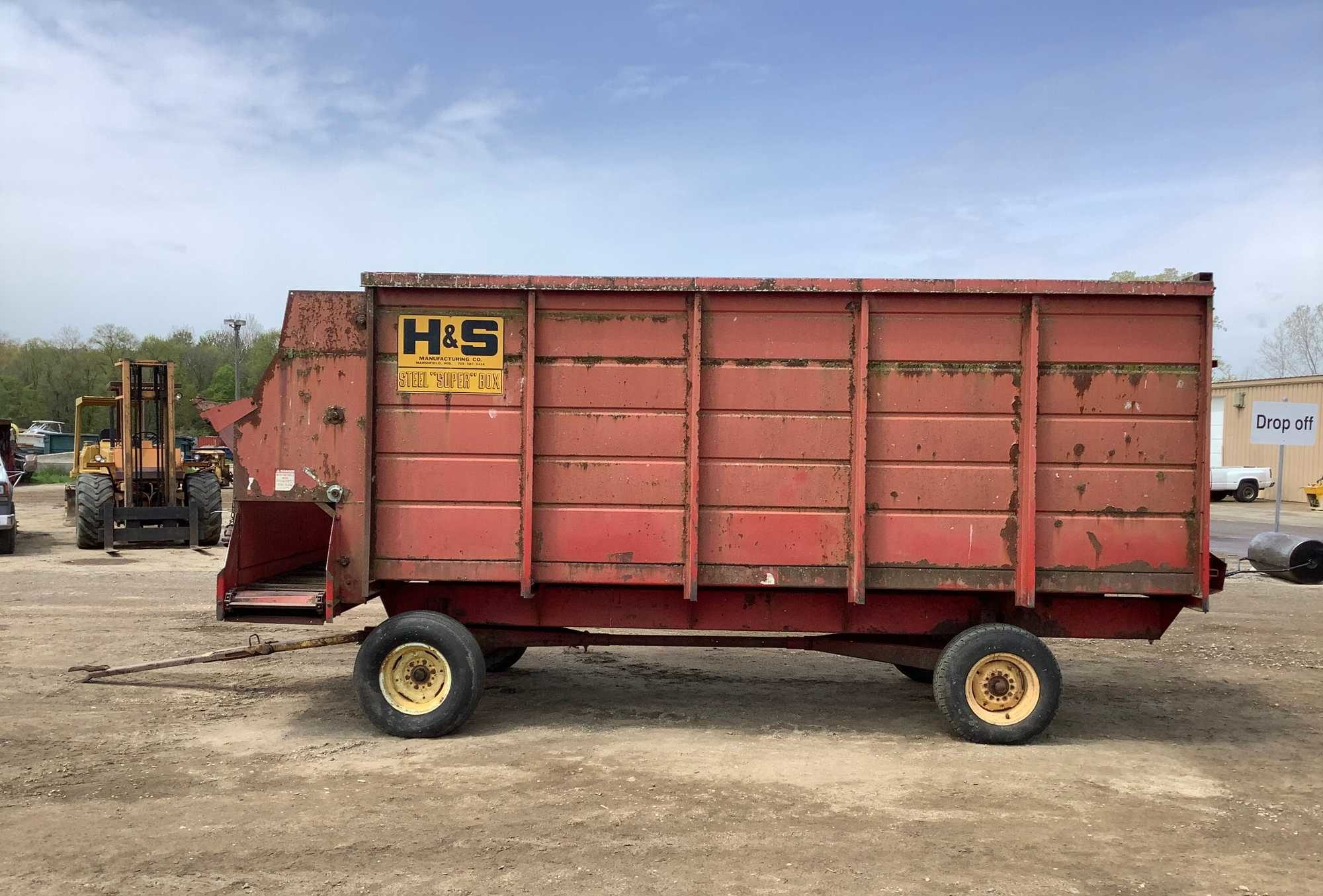 H&S silage wagon with front side discharge